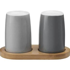 Varetype: Salt og peber sæt Størrelse: - Farve: Grå Oprindelig købspris: 349 kr.  Stelton Emma Salt & Peber-sættet er et elegant sæt, der matcher resten af den populære serie. Sættet er perfekt til morgenbordet, når der skal nydes blød- eller hårdkogte æg osv.   Sættet er udført i glaseret stentøj i to forskellige grå nuancer, så det er let at kende forskel på salt og peber. For at holde styr på det hele medfølger der en elegant bakke.   Steltons Emma-serie er en smuk og elegant nyhed til kaffe- og teelskere. Serien er en god blanding af retro og moderne, innovativt design til hverdagsbrug. Seriens kendetegn er rene, enkle linjer, samt form og funktion, der går op i en højere enhed. Materialerne er stål, træ og porcelæn igennem hele serien, som kommer i blå og grå nuancer.
