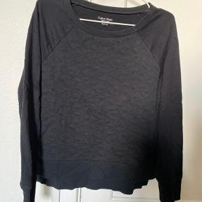 Sælger min fine Calvin Klein cotton Sweatshirt i sort.   Den har et mere oversized look (deraf er den købt i xs, den passer derfor sagtens en small)   Dens front er mønstret med CK over alt  Dustbag haves vidst nok, er ikke sikker på kvit.   Str. Xs / 34   NP. 800kr Mp. BYDDD   OBS:‼️ sælger lige nu - billigt - ud af en masse forskelligt mærketøj, tjek det ud! 🔆 🍒