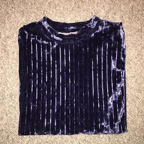 Rigtig fin mørkeblå velour t-shirt. Brugt meget få gange, så den er så god som ny :)
