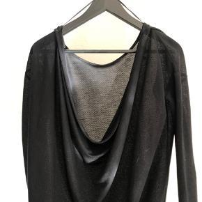 Fin bluse, hvor blusen går ned i ryggen