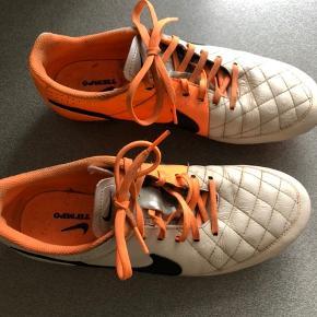 Nike Tiempo fodboldstøvler. Str. 42. Kan sendes mod betaling af porto kr. 40,00 med DAO.