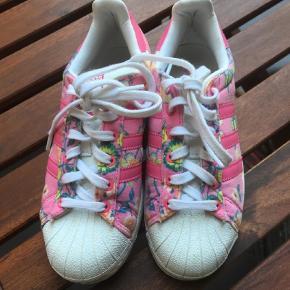Varetype: Sneakers Størrelse: 37 1/3 Farve: Multi Oprindelig købspris: 900 kr.  Lækre, blomstrede sneakers, Adidas Superstar. I rigtig god stand. BYD!
