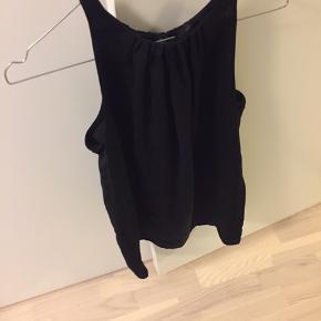 Fin top fra Mango Suit. I det fineste silke look alike stof.  Toppen er brugt men i fin stand.   Byd gerne:)   #30dayssellout