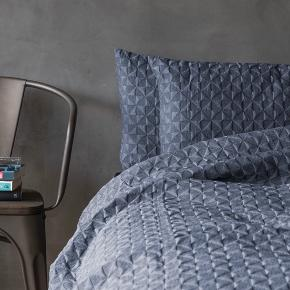 Mette Ditmer butterfly sengetæppe i lyseblå. Måler 140*200 og passer til halvanden mands seng som vist på billedet. Har et enkelt mærke som ikke er forsøgt fjernet. Sælges derfor billigt.