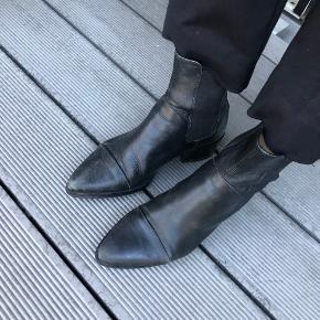 Flot vagabond støvle som trænger til lidt læderfedt.  Lidt løs i elastik, og hul ved foring indvendig over tær. Ikke noget der betyder noget når man har dem på