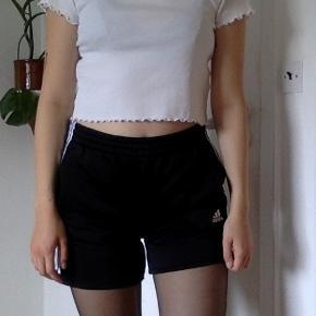 Adidas shorts. Originalt en børnestørrelse som er klippet kortere, den svare til S/M