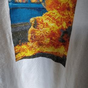 """Sælger denne Supreme """"burning man"""" tee Cond 7, print er cracket som også kan ses på billedet Str M - fitter 170-180 Mp er 100 kr  Køber betaler fragt"""