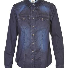 Varetype: Lækker skjorte i mørk denim Størrelse: 38 (36) Farve: Mørkeblå Oprindelig købspris: 1000 kr. Prisen angivet er inklusiv forsendelse.  Super fed denim skjorte i et klassisk snit.  Skjorten har et flot forvasket look.  Materiale: 64% bomuld, 33% Polyester, 3% Lycra  Meget stretchy  Bytter ikke Pris inkl forsendelse