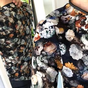 "ZARA blomstret bluse - str small  Knapper ned i ryggen og halskant i ""læder"".  Byd"