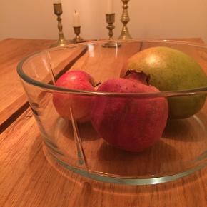 Smuk ovnfast skål fra Rosendahl, Grand Cru serien. Glas-skålen har en diameter på 24,5 cm. Super flot uden brugsspor. Nypris: 200kr. Afhentning på Vesterbro, Kbh.