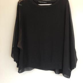 ZARA WOMAN chiffon bluse med fast trøje. Sort. Str. XL. Kan sendes mod betaling af porto kr. 40,00 med DAO.