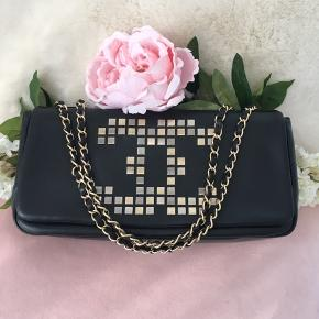 Just reduced 💥 last chance   🖤CHANEL  🖤east west black lambskin single flap bag with mosaic cc .  Original Rue Cambon edition shoulder bag , light mat gold hardware and grey satin interior with 1 zipper pocket, like new new !  Measuring 17 x 32 x 6 Cm   Comes with authenticity card,care card and dust bag.  Bought in vintage store in London. Shipping incl. ✅ More pictures available 💫⭐️