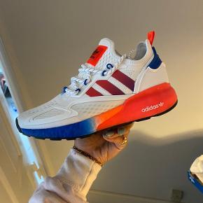 Helt nye Adidas sneakers, som man umiddelbart ikke kan få i Danmark (de findes i hvert flad ikke i denne colorway på samtlige hjemmesider). Fået i gave, of sælger kun fordi jeg ikke kan passe dem.   Model: ZX 2K BOOST str.38 💘