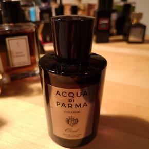 """Colonia Oud; en Acqua di Parmask udgave af oud. Jeg har en stor samling. Sælger ud af visse af mine parfumer. Jeg har en særlig præference for mystiske, røgede parfumer og mangler efterhånden plads i skabe. Colonia Oud er glimrende. Den mest """"business-agtige"""" oud, jeg har duftet. Meget langtidsholdbar; få sprøjt er nok. En af husets bedste udgivelser.   Ingen interesse i useriøse bud eller folk, der vil bytte med en limited udgave af Sterling sølvpudsemiddel eller noget andet uden for kontekst.  Stiller mig gerne til rådighed for spørgsmål.  Venligst,"""