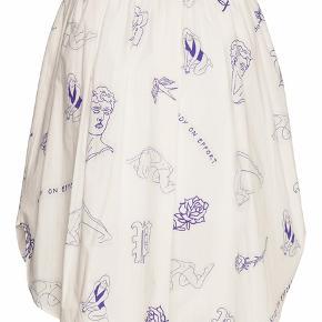 Sælger dennne smukke nederdel, den er helt ny, men prismærket er taget af, men følger med. Det er en str. 42. Nypris 1299 Mp 488 kr pp