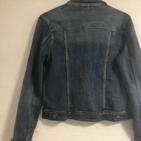 Flot kort cowboy jakke i lækker blød stof med meget stræk i , som gør den behagelig at have på den er str m kan også passe l