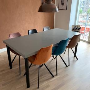 Flot hjemmelavet spisebord. Pladen er i træ og belagt med KABE, som giver det et råt look. Der er få skrammer ved hjørner og kanter på bordet.   B: 91,5 H: 75 L: 183.   Stolene er ikke til salg!