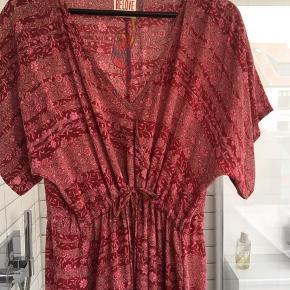 Super fin hellang kjole fra Relove and Roses. Snørre under brystet - passer fra S-L. Slidser i hver side forneden.