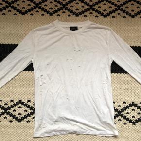 Langærmet bluse fra Topshop med huller i.   Str 34