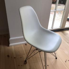 Eames DSR Replica spisebordsstole. Brugt, men i rigtig fin stand.  Har 4 stk. Prisen er for alle fire.   Skal afhentes i Odense.