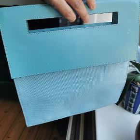 Lancel håndtaske .den er lavet af canvas og læder. 30x30 cm