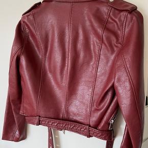 Sælger denne røde læderjakke fra ZARA - 100 kr. inkl. fragt 👍🏻