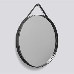 """- Hentes kun, skriv pb for lokation 🗺🥂  Super flot og populært spejl fra Hay :) Modellen hedder """"Hay strap spejl"""" med en diameter på 50cm, i grå 😆  Der er meget få minimale og ubetydelig """"ridser"""" på spejlet, som jeg ikke kan få med på billede  Jeg har været dårlig til at hænge det op, derfor er stroppen ikke helt stam 🥴💛"""