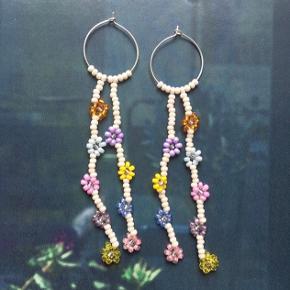 Flotte håndlavede perleøreringe med blomster 🌸 kan laves i alle farver.   Perfekte til sommer ☀️  100,- plus porto 💌  #trendsalesfund