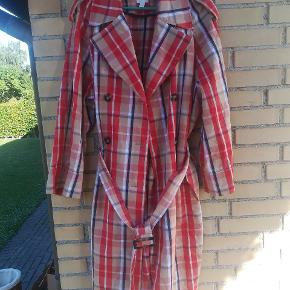 Frakken er oversize. Den kan også passe til str 42. Mp. 300kr. Plus porto. Handler gerne med mobilepay.