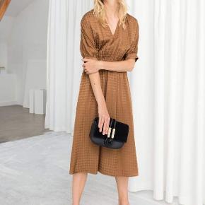 Smuk rust farvet kjole i houndstooth mønster. Ubrugt stadig med prismærke