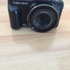 Sony cybershot kamera, med 10x optisk zoom. Videofilming i HD og stort display. Inkl. Lader, datakabel og etui.