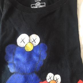 Sælger denne bluse fra uniqlo  Det er en kollektion de har med kaws sesam street   Både til piger og drenge
