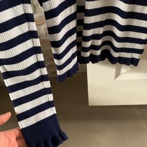 Blå og hvid stribet bluse med flæsedetaljer på ærmerne. Super super fin stand!! 💘💘
