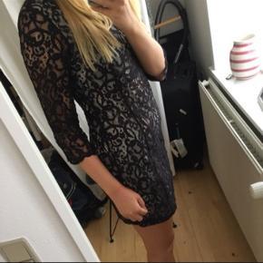 Sort blonde kjole fra H&M med underkjole indenunder 😊