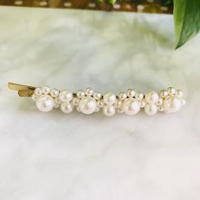 Smuk hårspænde med perle detaljer