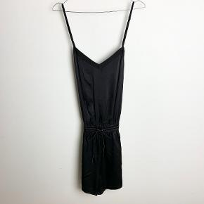 Wackerhaus sort buksedragt i satin-lignende materiale.