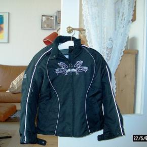 Jakke, Frank Thomas, str. Medium, Sort  Lady Rider by Frank Thomas MC-jakke i str. M. Brugt u. 10 gange. Indlagt albue og skulder beskytter. Løs beskytter til ryg medfølger. Kan prøves i Herlev.