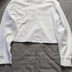 Fin Calvin Klein sweatshirt. Er ret sikker på, at det er en M. Har selv købt den brugt, og der havde sælgeren klippet noget af viden af, fordi at den var meget lang, sagde hun. Men har fået syet det, så det ser okay ud:) har ingen gast pris, så bare byd:)