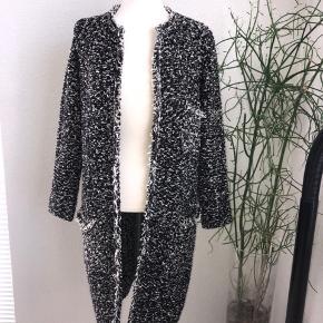 Flot strik cardigan ell sommer frakke. Er brugt max 5 gange.  Længde 88 cm Overvidde 54 cm Ærmelængde 55 cm