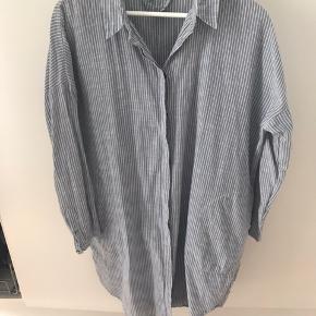 Lækker og meget populær skjortekjole . Prisen er en mindstepris og en fin pris for denne kjole . Tryk køb nu hvis den skal være din . Bliver ikke solgt billigere .