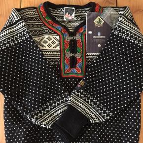 En klassisk norsk sweater fra mærket Dale of Norway. Den er aldrig brugt og er derfor i rigtig god stand. Det er str XS men passer også mig som er S. Det er en unisex trøje.
