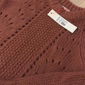 Skøn strik fra SS. I mørk rosa farve. Ikke lille i str. Mohair, uld og acryl.