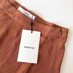 Gestuz flæse nederdel i farven russet str. 36. Nypris 799 kr. 🦧🦧 Materiale: 50% viskose & 50% polyester   Byd gerne kan både sendes på købers regning eller afhentes i Aarhus C 📮✉️
