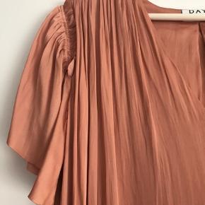 Den fineste kjole fra Day. Kun brugt 1 gang. Modellen er stadig i butikkerne.  Model: Marigold Farve: Toasted nut 100% polyester