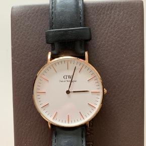 Original Daniel Wellington unisex ur  Tegn på slid, da det har været brugt  Kvittering haves ikke