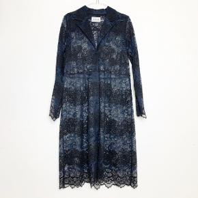 Virkelig fin (skjorte)kjole med blonder, knapper hele vejen og revers.   Størrelse fremgår ikke, nok en str. S. Måler 94 cm i brystmål, 90 cm i taljen og 85 cm i længden fra armhulen og ned.