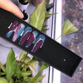 """Håndlavede press-on negle i høj kvalitet.   Neglene bliver customized og specielt lavet til den enkelte køber, så den passer perfekt til købers negle og ønsker.   Der hører et påsætnings-kit med, som inkluderer fil, neglebåndskubber, neglelim til langvarig brug og klistertaps til kortere brug (f.eks en weekend).   Eventuelle ønsker om ændringer osv kan derfor også nemt lade sig gøre.   Kig forbi min shop for flere designs eller min Instagram: """"Polish.me.pretty_akrylnegle"""". :)   Jeg giver mængerabat, som du læse om på denne annonce: https://trendsales.dk/c/15477986   (Hvis """"Køb nu"""" benyttes, så skriv gerne enten her eller på Instagram ang størrelse og andre ønsker.)"""