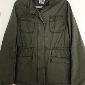 Den flotteste jakke i armygrøn. Brugt få gange men er desværre blevet for lille. Super smuk på ryggen. Alm i str. Ingen tegn på slid. Str M.   Kig gerne mine andre annoncer, giver gode mængderabatter