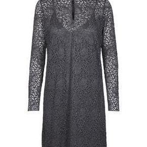 Varetype: Kendal blondekjole Farve: grå Oprindelig købspris: 1800 kr.  Flot flot kjole med underkjole. 80% viskose Længde 100 cm, bredde under ærmet 54 cm.  Aldrig bugt.  Første billede er fra Magasin.dk