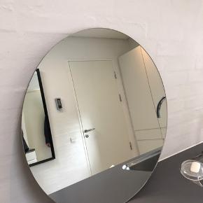 Fint spejl 50 cm i diameter med ophængsbeslag enkelte misfarvninger i kant